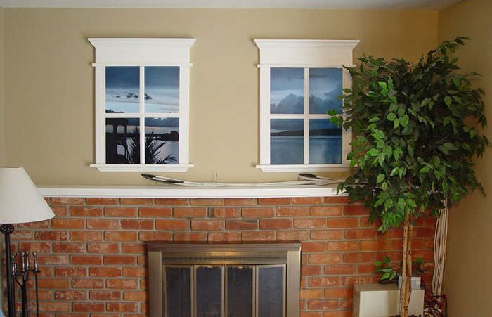 Два ложных окна на стене с кирпичной кладкой