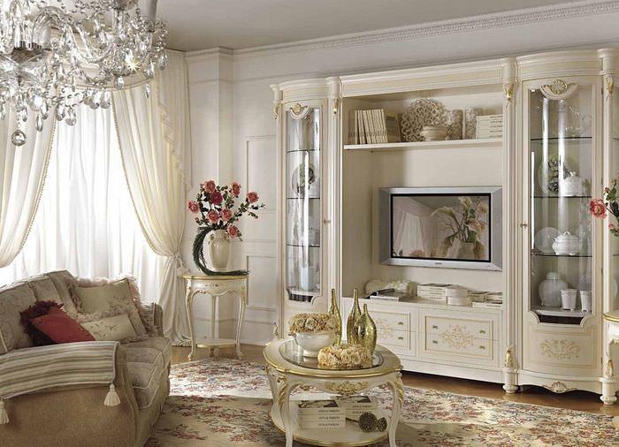 Стенка в классическом стиле в интерьере маленькой гостиной