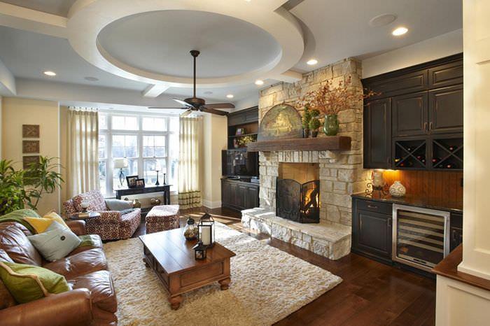 Интерьер гостиной загородного дома с камином