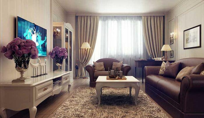 Кожаный диван в гостиной с бежевыми стенами