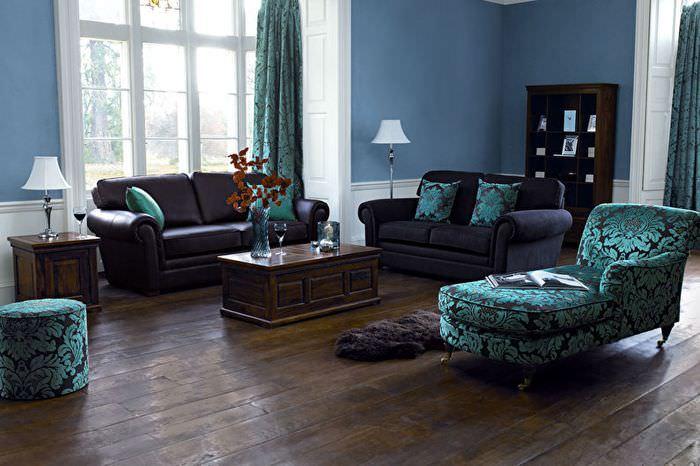 Темно-коричневый пол из натурального дерева в гостиной частного дома