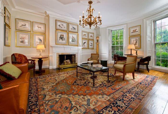 Большой ковер в интерьере зала частного дома
