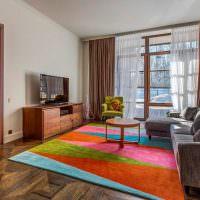 Яркие треугольники на ковре в гостиной