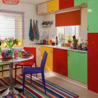 Полосатый ковер на кухне с цветными фасадами