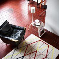 Ковер с полосками на керамическом полу