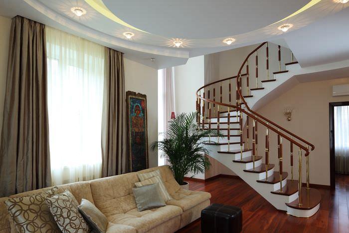 Красивая лестница в гостиной частного дома