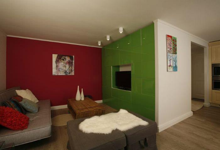 Красно-зеленое сочетание цветов в интерьере гостиной