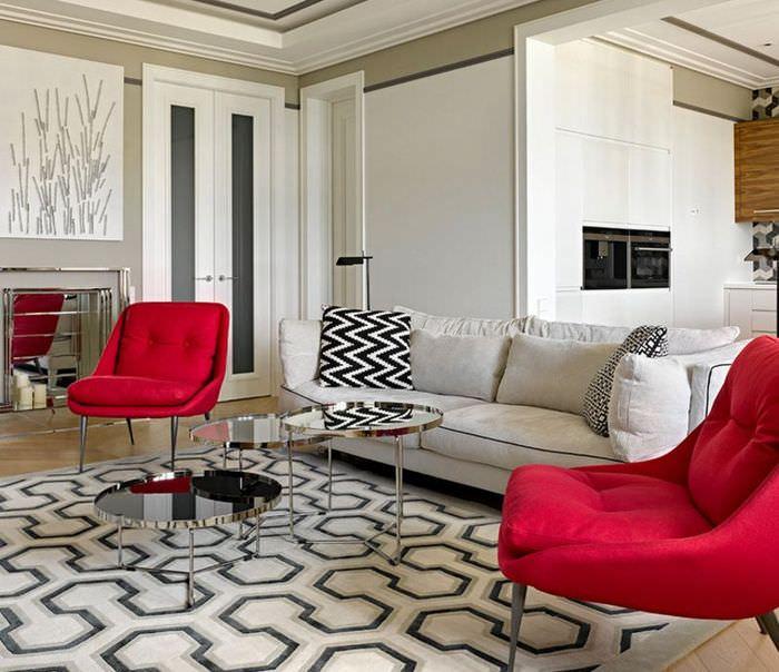 Два красных кресла на ковре с геометрическим рисунком