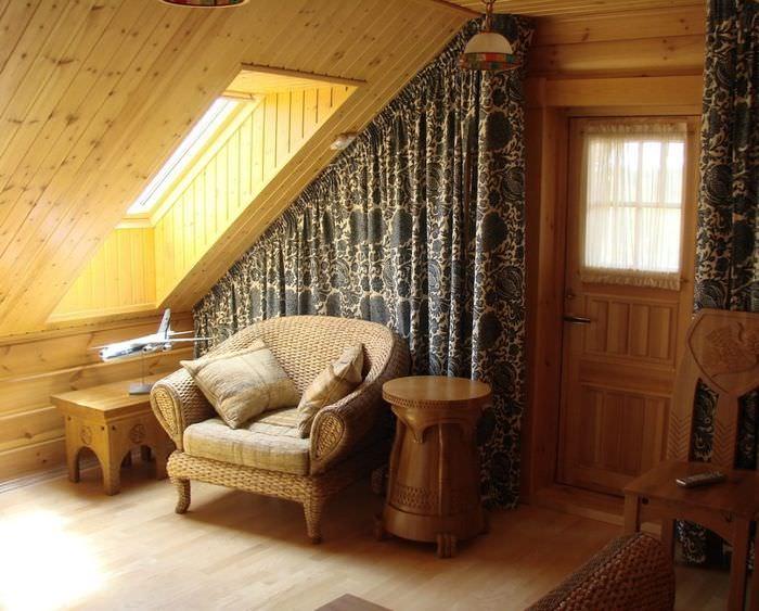 Кресло под мансардным окном в деревянном доме