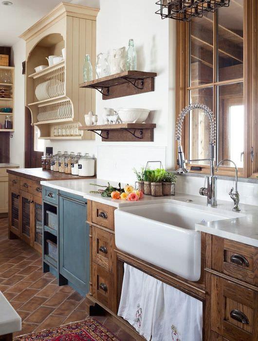 Подвесные полки с кухонной посудой
