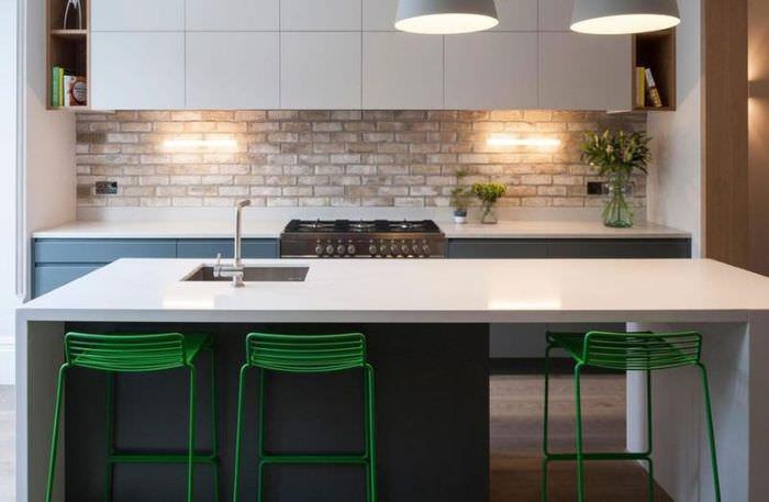 Кирпичный фартук на кухне в стиле минимализма