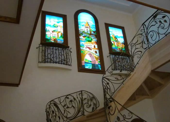 Декорирование стены лестничного марша имитацией окон