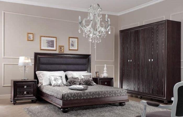 Стеклянная люстра в спальне трешки