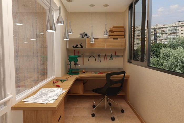 Обустройство балкона под домашнюю мастерскую