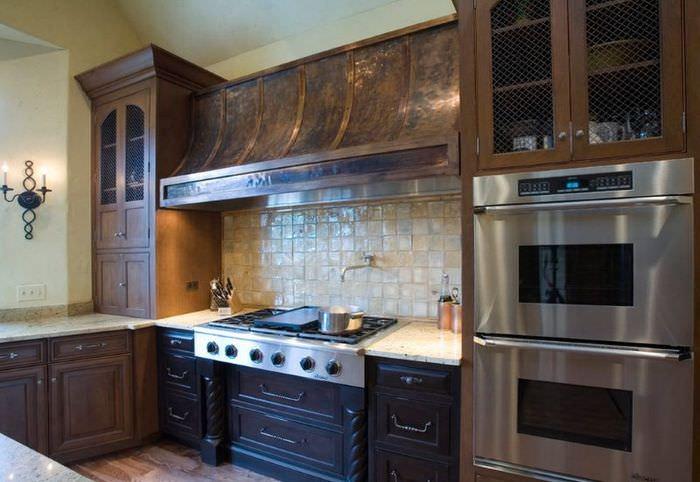 Медная вытяжка на кухне с деревянным гарнитуром