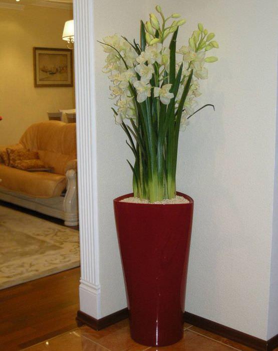 Напольная ваза в интерьере жилой комнаты