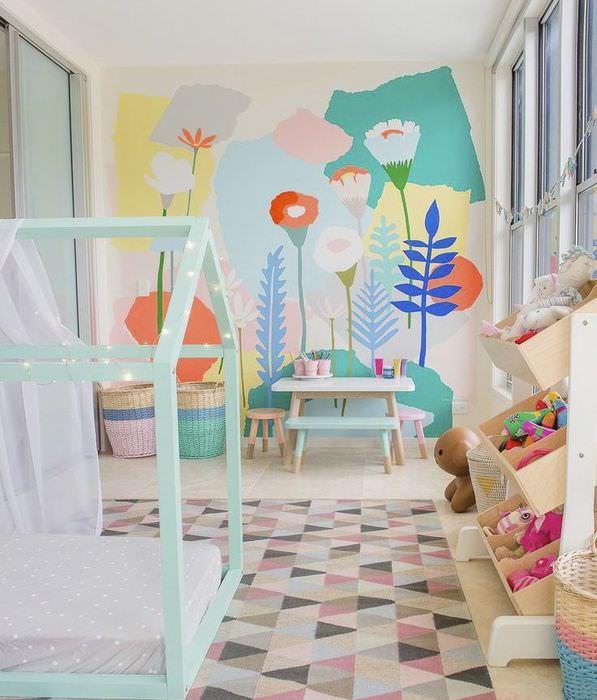 Рисунки любимых цветов на стене детской комнаты