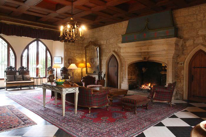 Зона отдыха перед камином гостиной в стиле замка