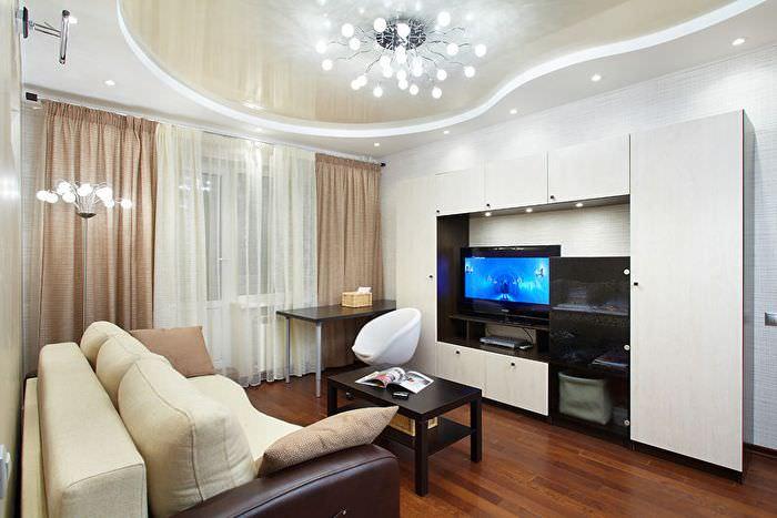 Натяжной потолок с глянцевой поверхностью в гостиной современной квартиры