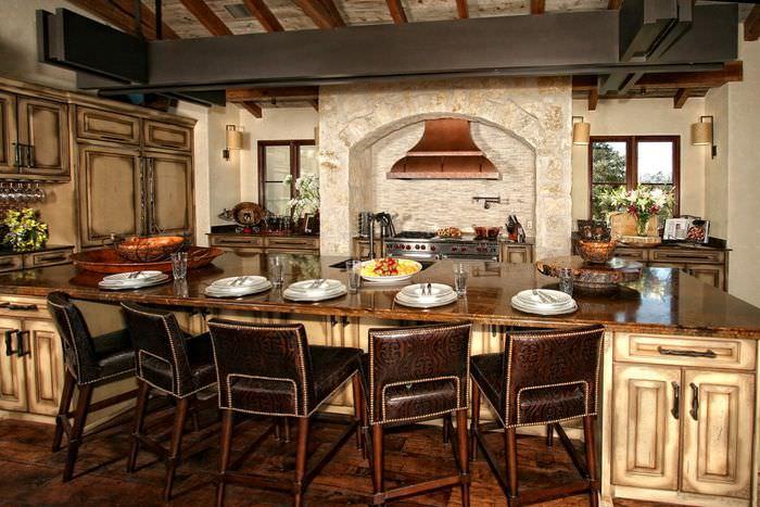 Имитация камина над варочной плитой кухни