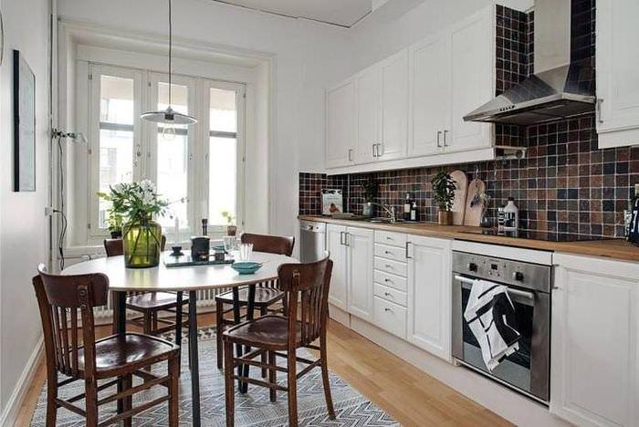 Обеденная зона на кухне площадью в 12 квадратов