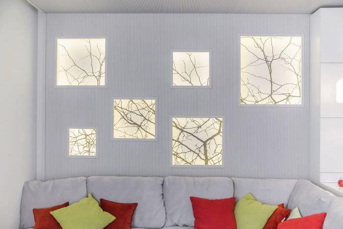 Небольшие фальш-окна с силуэтами веток деревьев