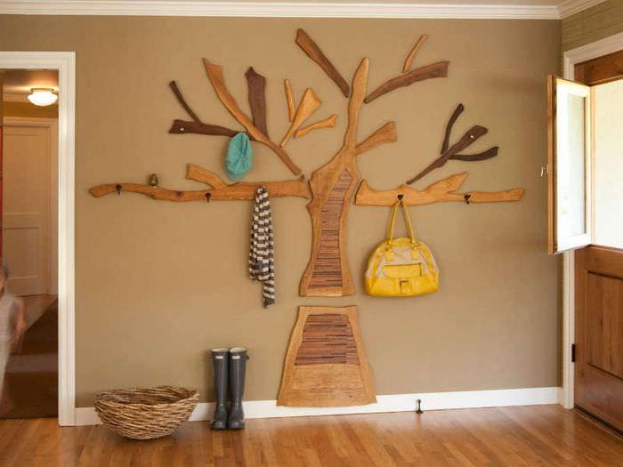 Вешалка из дерева на стене прихожей