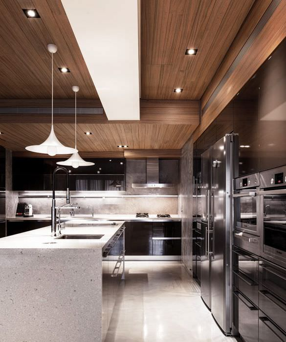 Отделка потолка кухни деревянными панелями