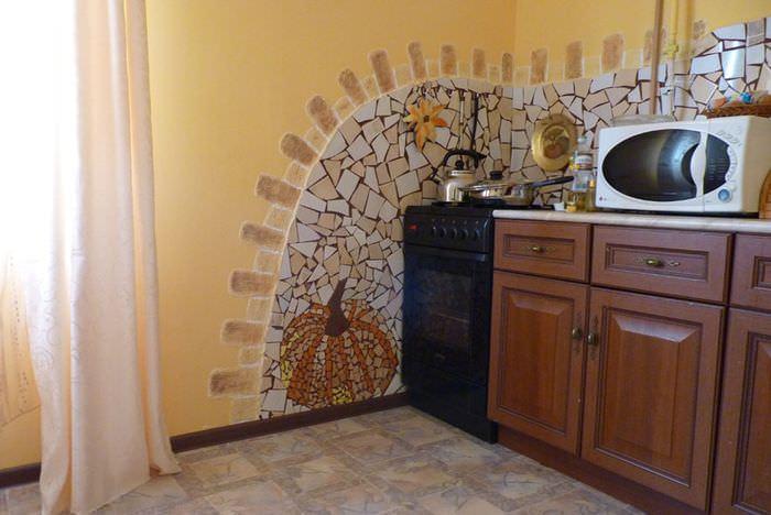 Декорирование кухонной стены осколками керамической плитки