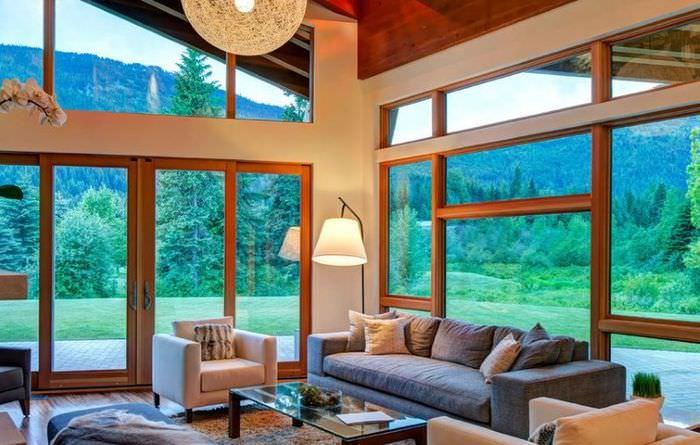 Интерьер гостиной загородного дома с панорамными окнами