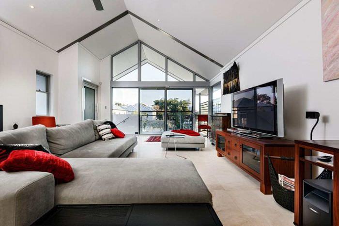 Панорамное окно в интерьере длинной гостиной
