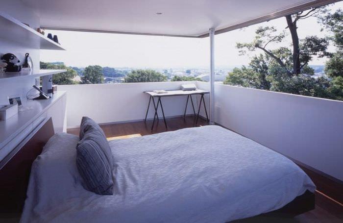 Имитация окна в дизайне спальной комнаты