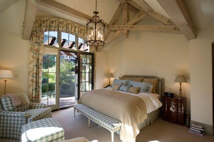 Светлая спальня частного дома в стиле прованс