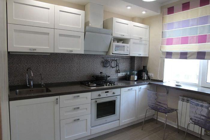 Линейный гарнитур на кухне однокомнатной квартиры