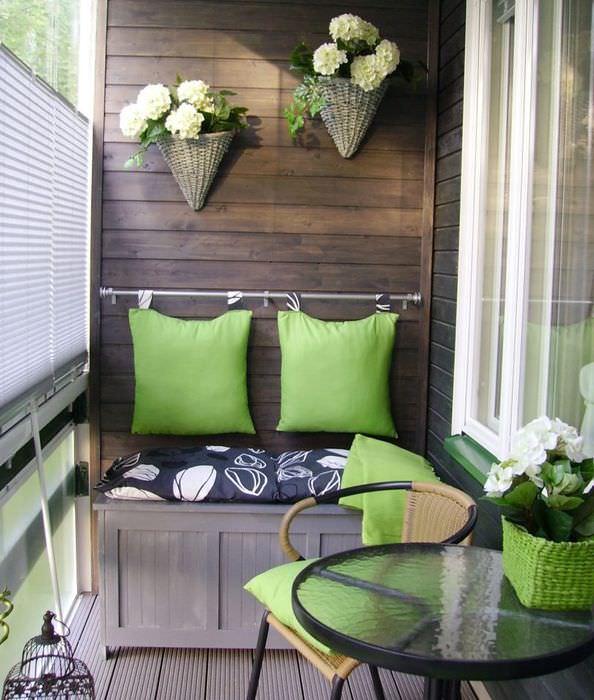 Кашпо с цветами на деревянной обшивке балкона