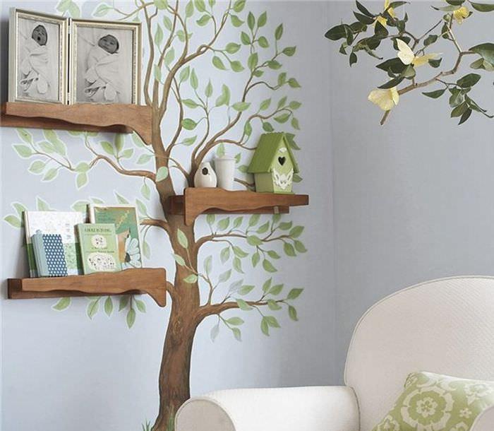Дерево деревянными полочками на стене детской