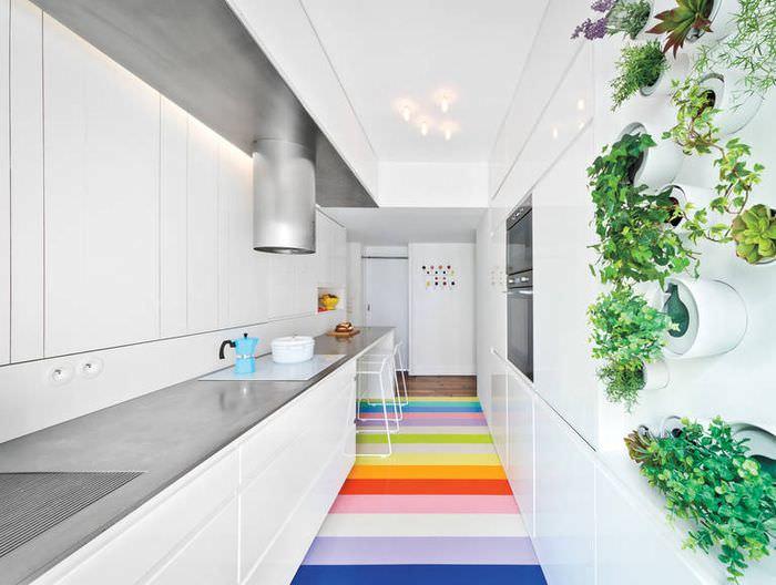 Полосатый цветной пол на кухне вытянутой формы