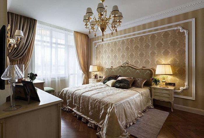 Позолоченная люстра на потолке классической спальни