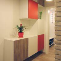 Шкафы с разноцветными дверками в интерьере коридора