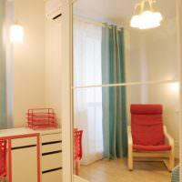Красное кресло в углу детской комнаты