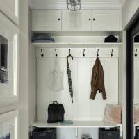 Дизайн коридора с открытой вешалкой