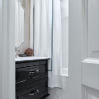 Приоткрытая дверь в ванную комнату
