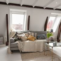 Декоративные подушки на сером диване