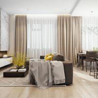 Серый диван по центру просторной гостиной