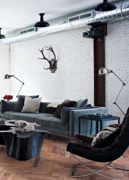 Современный проектор на стене гостиной в стиле лофт