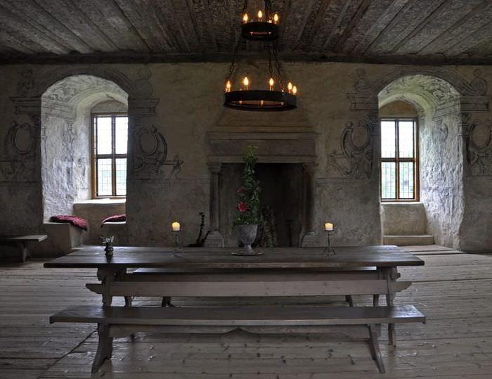 Стол с лавками в интерьере средневекового стиля