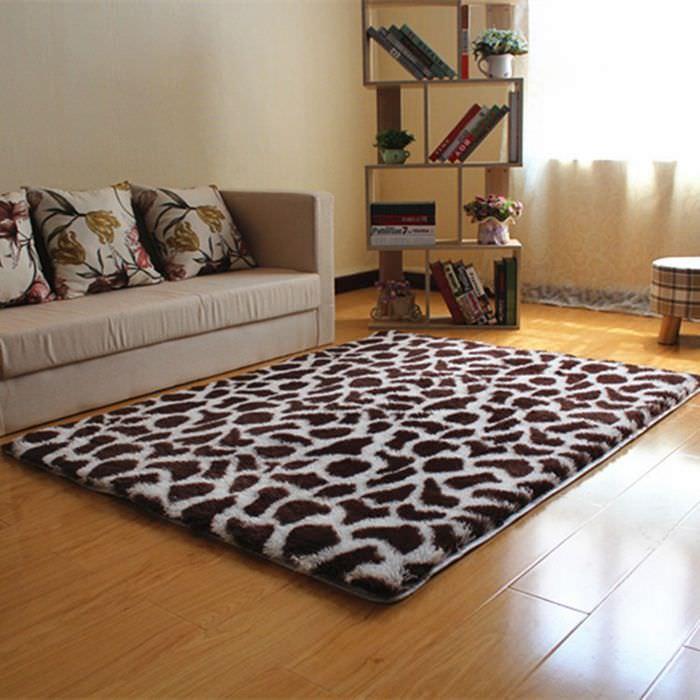 Толстый пятнистый ковер на ламинированном полу
