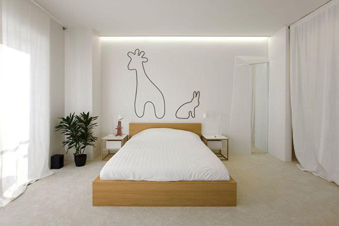 Контуры зверей на белой стене современной спальни