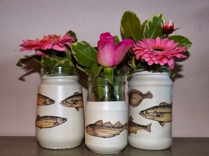 Розовые цветы в вазах из старых банок