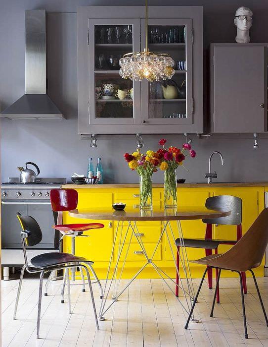 Серая кухня с желтой тумбой